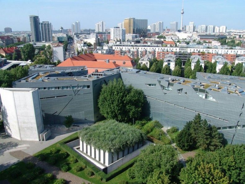 503619 the jewish museum berlin is actually two buildings the newer one has a zigzag footprint and a shiny titanium facade ΜΟΥΣΕΙΑ