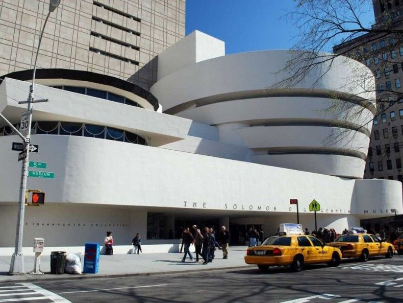 503628 the solomon r guggenheim museum in new york is the oldest guggenheim museum it has a 400 meter long ramp that spirals its way to the fourth floor ΜΟΥΣΕΙΑ